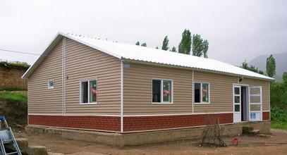 Projekt 10 prefabrikovaných škol byl dokončen